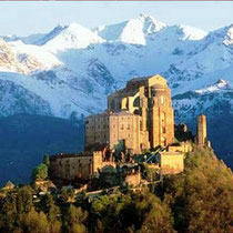Burg mit Berg im Hintergrund - Bianco Berlin – Food & Wine Made in Italy